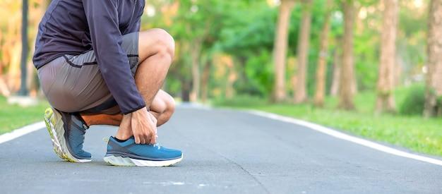 Joven Del Hombre Deportivas Zapatillas Las Ata El Atleta Que En srdhQt