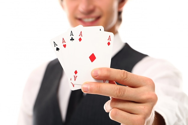 Hombre joven con cartas de póker Foto gratis