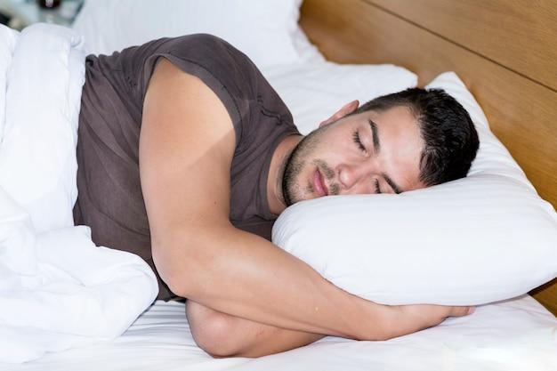 Foro Nembutal (remedio contra el insomnio) Hombre-joven-durmiendo-su-cama_1169-149
