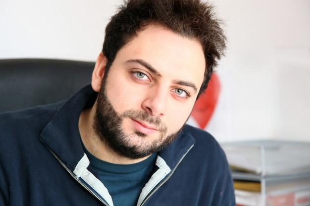 Hombre joven con expresión seria. Foto Premium