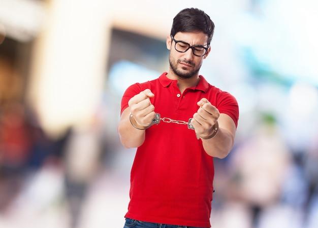 Hombre joven con gafas arrestado Foto gratis