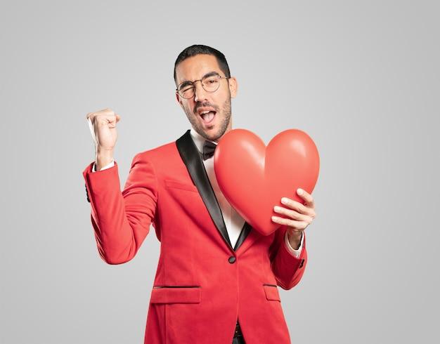 Hombre joven inteligente en el día de san valentín. conceptos. amor Foto Premium