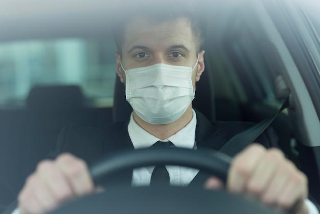 Hombre joven con máscara de conducción Foto Premium
