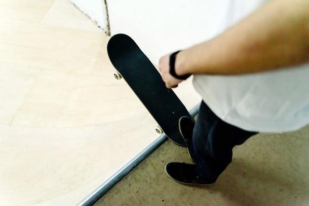 Hombre Joven Que Realiza Acrobacias Con Un Patin De Interior