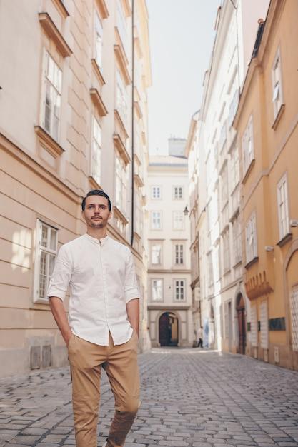 Hombre joven en la vieja ciudad europea toma selfie Foto Premium