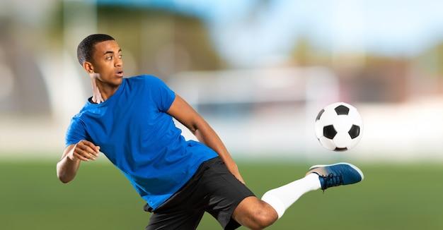 Hombre de jugador de fútbol americano africano al aire libre Foto Premium