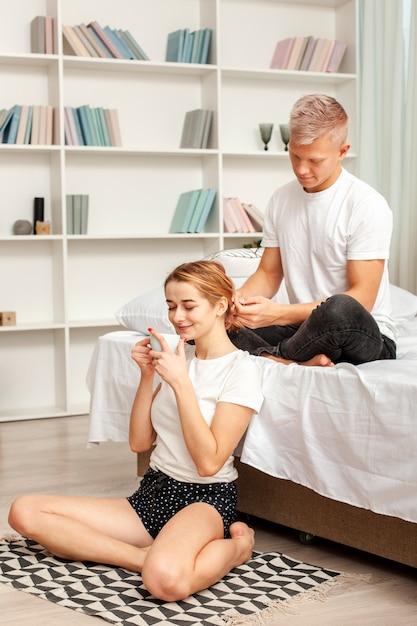 Hombre jugando con el cabello de su novia Foto gratis