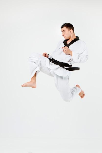 El hombre de karate con cinturón negro Foto gratis