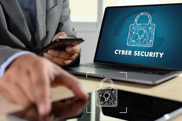 Hombre con laptop mostrando seguridad cibernética en pantalla Foto Premium