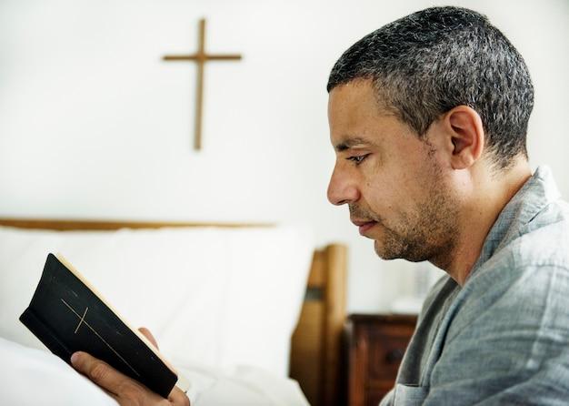 Matrimonio Leyendo La Biblia : Un hombre leyendo una biblia descargar fotos premium