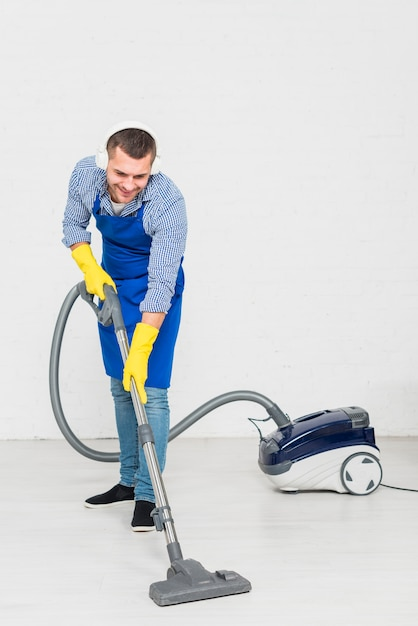Hombre limpiando su casa Foto gratis