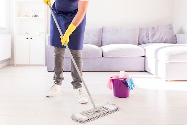Hombre limpiando su casa Foto Premium