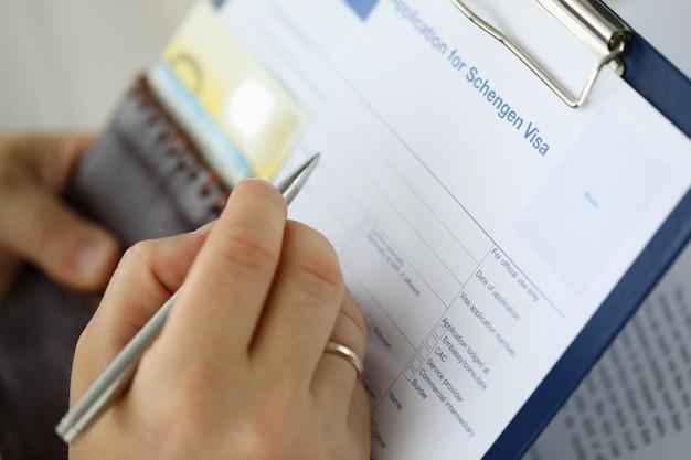 Hombre llenando documentos importantes Foto Premium