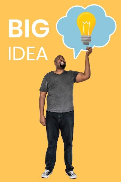 Hombre maduro con una gran idea concepto símbolos Foto gratis