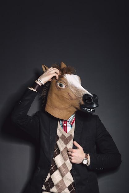 Hombre de máscara de caballo en estudio Foto gratis