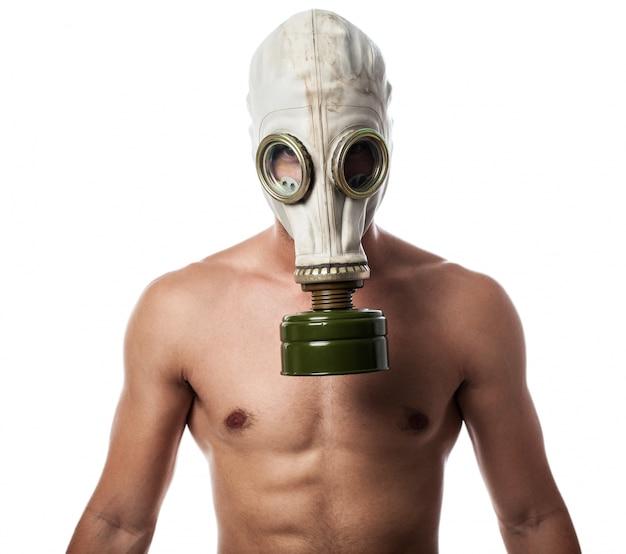 Hombre con máscara de gas Foto gratis