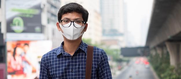 Hombre con máscara respiratoria n95 protege y filtra pm2.5 Foto Premium