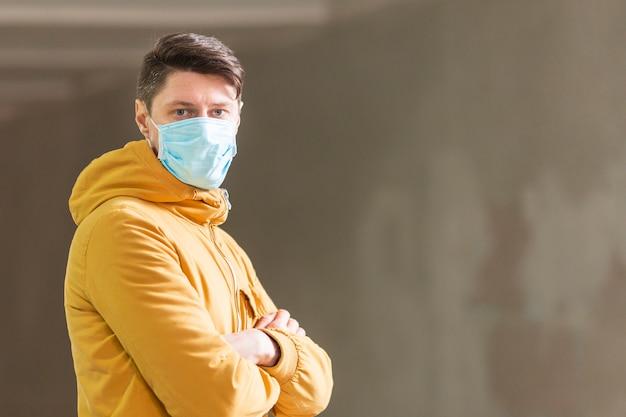 Hombre con mascarilla quirúrgica al aire libre Foto Premium