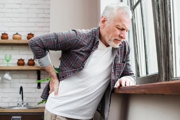 Hombre mayor con dolor de espalda Foto gratis