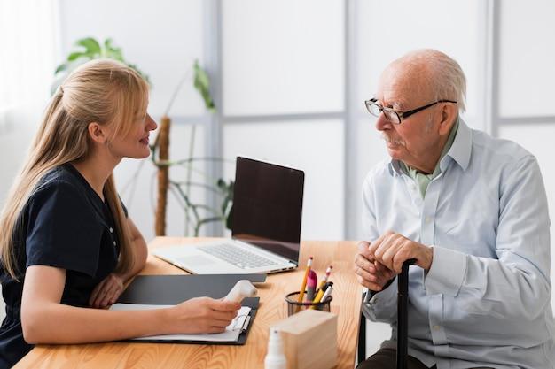 Hombre mayor, teniendo, un, chequeo, con, enfermera Foto gratis