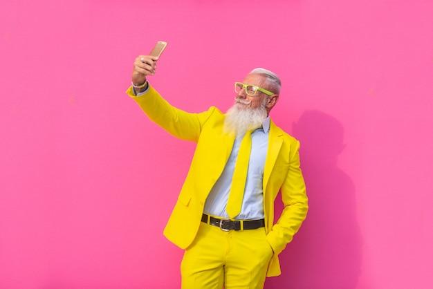 Hombre mayor en traje amarillo extravagante Foto Premium