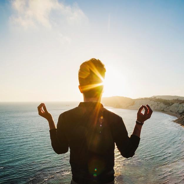 Hombre, meditar, acantilado Foto gratis
