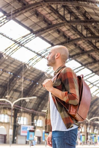 Hombre en el metro esperando metro Foto gratis
