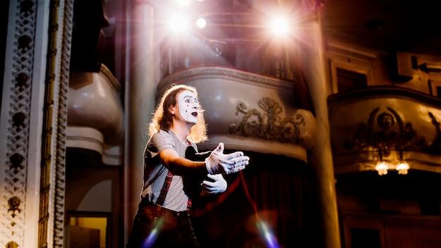 Hombre mimo ensayando en el auditorio Foto gratis