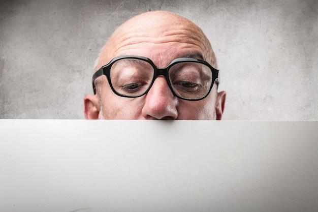 Hombre mirando hacia abajo en un tablero Foto Premium