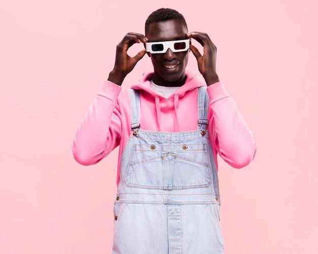 Hombre de moda posando con gafas 3d Foto gratis