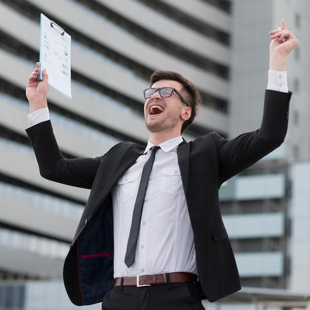 Hombre moderno feliz de ángulo bajo Foto gratis