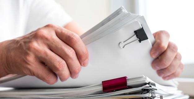 Hombre moderno hombre organizando documentos comerciales Foto Premium