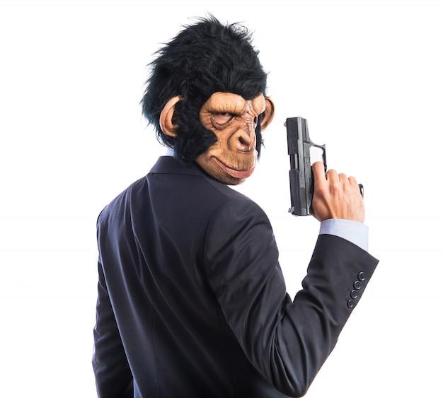 Hombre mono con una pistola Foto gratis
