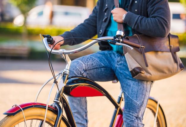 Un hombre monta una bicicleta por la ciudad. Foto Premium