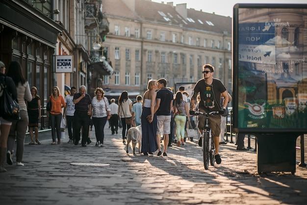 Hombre montando bicicleta en la calle Foto gratis