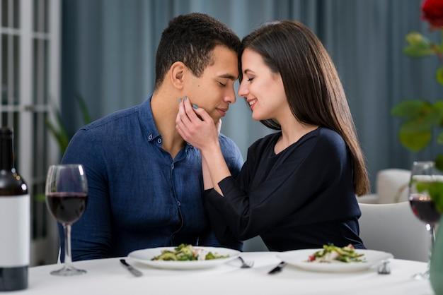 Hombre y mujer amándose Foto gratis