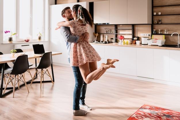 Hombre y mujer bailando en un interior moderno Foto gratis