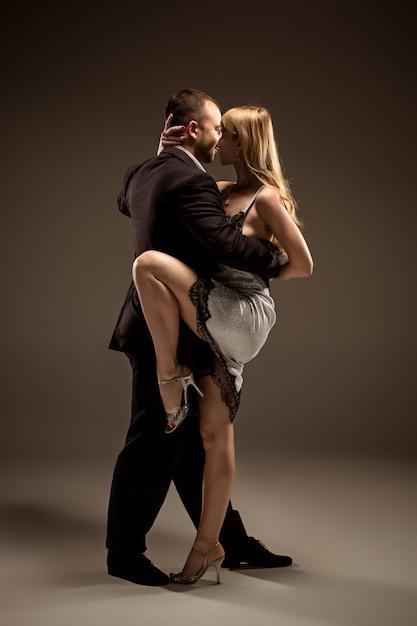 Hombre y mujer bailando tango argentino Foto gratis