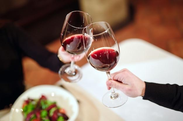 Hombre y mujer bebiendo vino tinto. Foto Premium