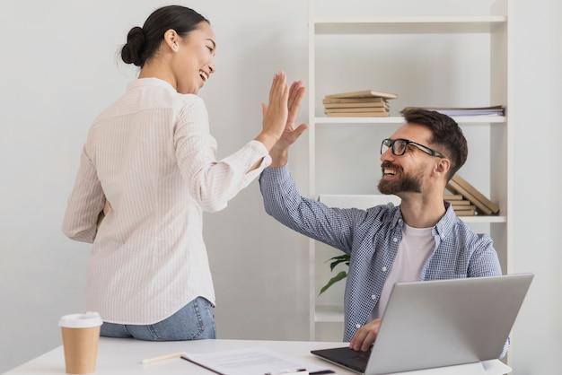 Hombre y mujer dando cinco Foto gratis
