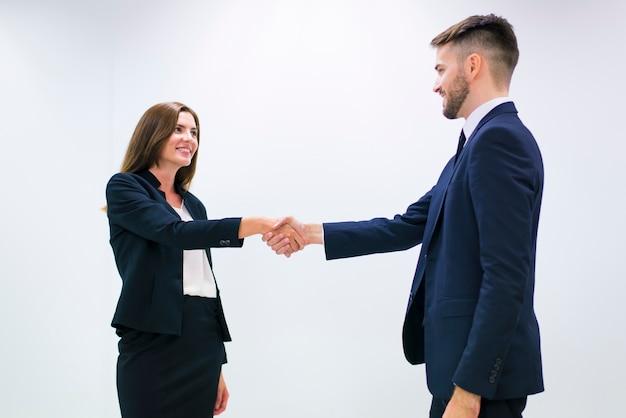 Hombre y mujer dándose la mano Foto gratis