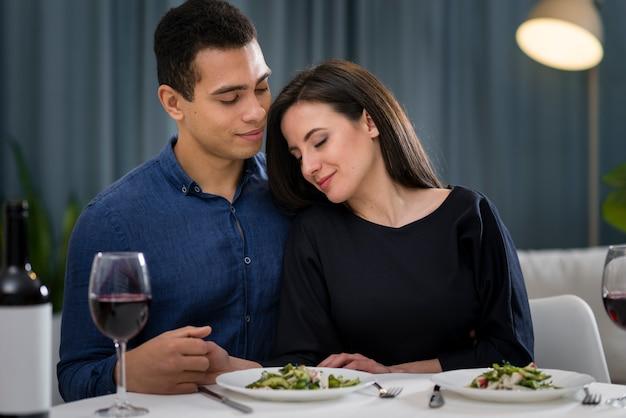 Hombre y mujer estando cerca en su cena romántica Foto gratis
