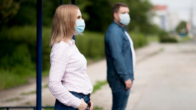 Hombre y mujer manteniendo la distancia social. Foto gratis