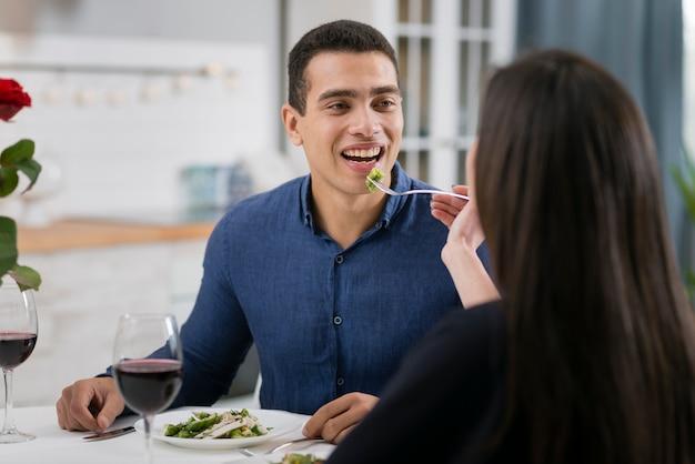 Hombre y mujer teniendo una cena romántica juntos Foto gratis
