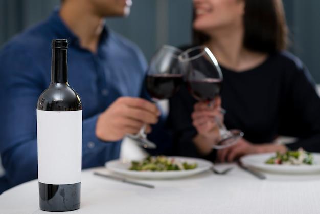 Hombre y mujer teniendo una cena romántica de san valentín juntos Foto gratis