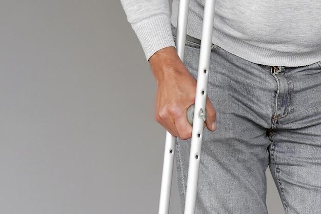 Hombre con muleta. de cerca. vista frontal Foto Premium