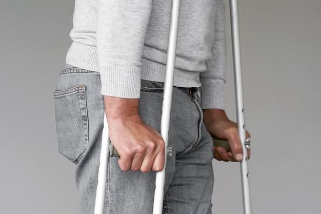 Hombre con muleta. de cerca. vista lateral Foto Premium