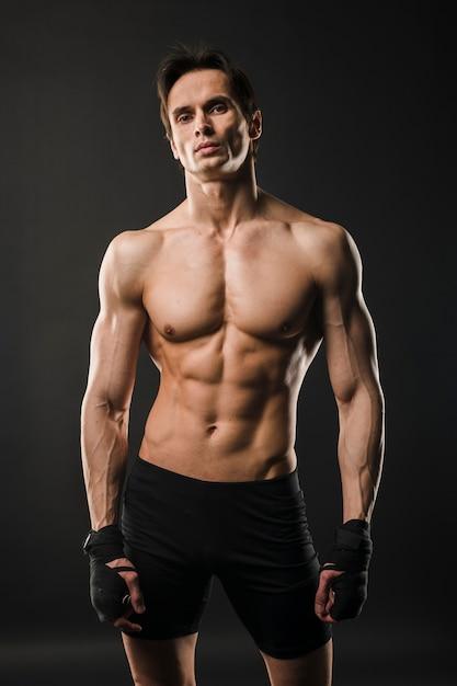 Hombre musculoso sin camisa posando Foto gratis
