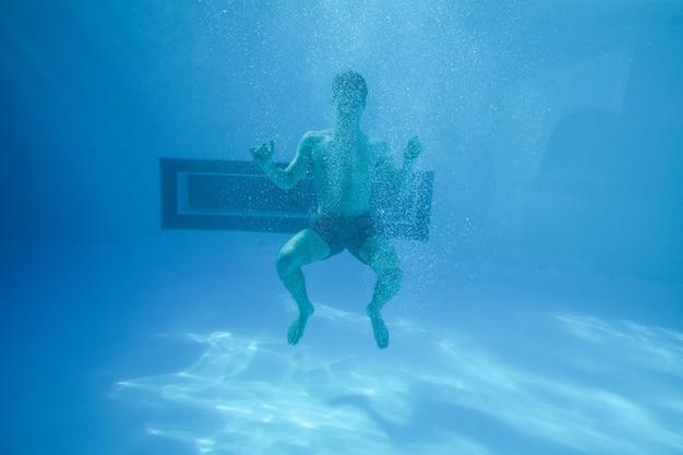 expresión saber nadar y guardar la ropa