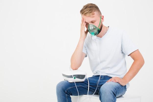 Hombre con nebulizador de asma Foto gratis